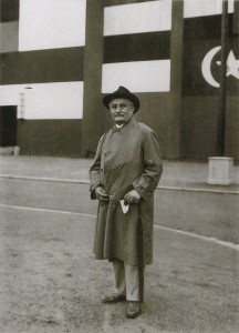 """LJ ve Frankfurtu nad Mohanem před vchodem na výstavu """"Hudba v životě národů"""", 1927"""